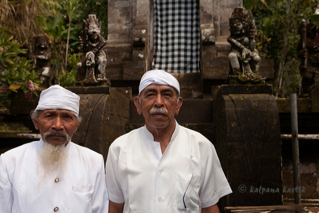 Kebayan Lingsir (right) temple priest of Pura Batukau