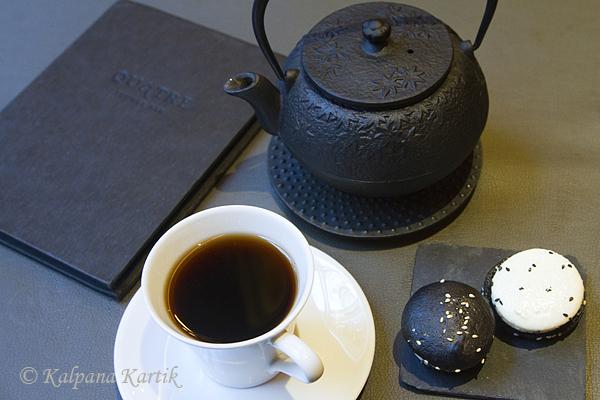 Pu Erh tea with sesame macaron